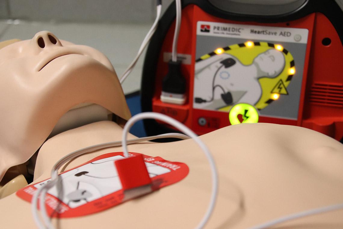 Hätten Sie's gewusst? So funktioniert der Defibrillator in der Mehrzweckhalle